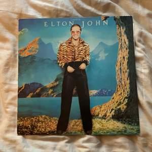 """Denna vinylskiva söker ett nytt hem! """"Elton John - Caribou"""" originalskiva från 70-talet. Jag har aldrig spelat den, men den ska vara i gott skick enligt den tidigare ägaren ☺️ Spana gärna in min profil för mer vinylskivor!"""