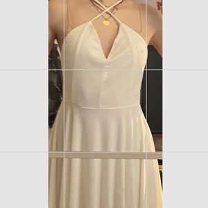 Vit kort klänning med snygg rygg och skönt luftigt material. Perfekt till skolavslutningen