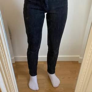 Svarta lite utslitna jeans från zara, det är mom modellen.