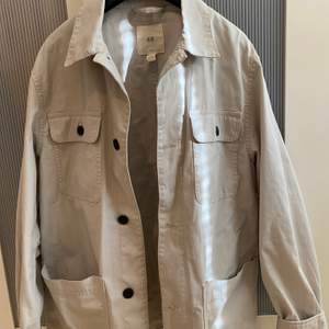Beige skjortjacka från H&M i strl S. Frakt är inräknat i priset😊