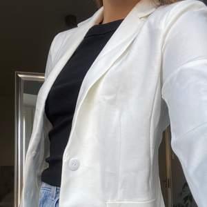 White blazer från only, storlek S. Materialet är väldigt stretchigt. Superfin, men aldrig använd då det inte är min stil💞