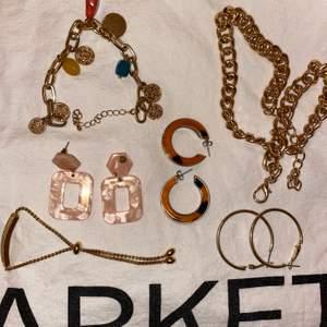 Första bilden - örhängen. Arbmbad och halsband ( många från h&m)🥰Andra bilden - berlocker som du kan sätta på en kedja, armband eller annat!🥰 Tredje bilden - ett par örhängen! Skriv privat så får ni priserna där!😊😊