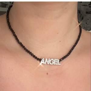 """Halsband med texten """"Angel"""", går att ha längre än vad jag har på bilderna. Frakt på 12kr tillkommer. 💕"""