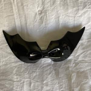 🖤 Säljer ett catwomen spänne från H&M                                🖤 Detta använde jag till Halloween men de kan lika gärna användas till vardags beroende på vad man har för stil!          🖤 Säljer för 15kr