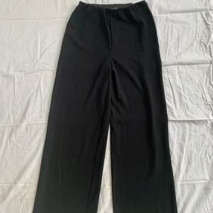 Nya oanvända byxor från Vero Moda i storlek M. Byxorna är svarta, i stretchigt tyg och stängs med en integrerad dragkedja i sidan. Tighta upptill och utsvängda nedtill. Säljes då det var ett felköp. Har endast hängt på en galge i min garderob. Skriv gärna vid frågor :)