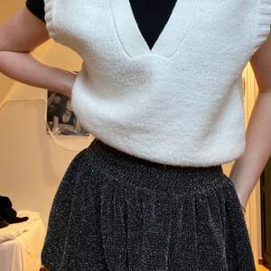 En jättefin kjol som kan användas både till fest och vardag!  I barnstorlek 152 men passar mig som vanligtvis är storlek XS/S. I jäätefint skick då den knappt har blivit använd ❣️