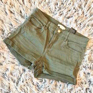 Säljer ett par fina militärgröna shorts i storleken 36. Växt ur dem och där via säljs de. Köpta från hm från början och är använda men är i bra skick. Frakt tillkommer anpassat till var man bor. Skriv angående fler bilder eller intresse!☺️💞