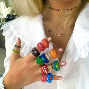 Först till kvarn! Ringar av olika typer och två svinsnygga halsband perfekta till våren, ringarna har en skåra vilket gör dem något justerbara. Ringarna i lera varierar i pris 65-78kr. Grön pärlad ring och ringar med vita pärlor 25kr. Övriga pärlade ringar 15. Halsband 40. Ring med nitar 30kr. Kram💘💘 PAKETPRIS GÅR ATT FIXA!