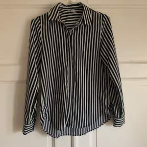 Fin basic skjorta från hm. Sparsamt använd då den inte riktigt passade min stil.