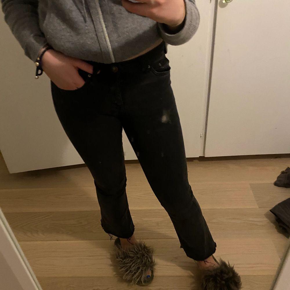 Svarta kickflare jeans. Bra skick. 90kr+frakt. Jeans & Byxor.