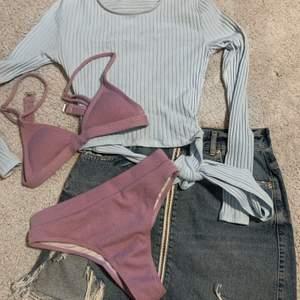 Säljer denna fina outfit som passar perfekt till sommaren. Jeanskjolen är i storlek M och tröjan i storlek XS, båda är från ginatricot. BIKINI SÅLD!!!
