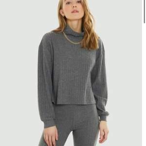 Superfint och mysigt ribbat grå sett från Bikbok. Överdelen har lite polo. Storlek XS i byxorna (funkar på S) och storlek M på tröjan för att få den lite oversized. Jätte mjukt & stretchigt. Knappt använt och är i nyskick. Säljer för 290kr inklusive frakt. Nypris: 560