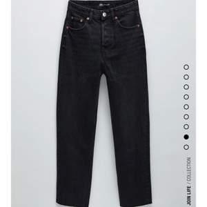 Jättesnygga raka jeans från Zara som inte kommer till användning! Har några märken på sig (därav priset), skriv privat för bilder! Inget man tänker på så mycket dock! Frakt tillkommer på 66 kronor🤍