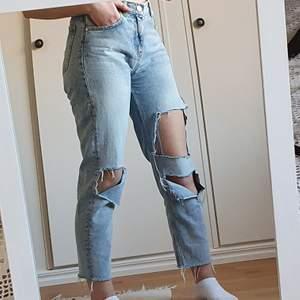 Jeans köpta på bikbok för flera år sedan, har själv klippt hålen. Storlek S, jag på bilden är 163 cm lång!