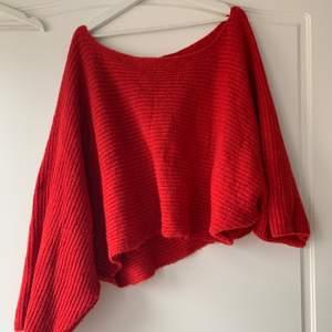Fin stickad tröja som är oversized och tanken att man ska ha oneshoulder. Bra skick och sparsamt använd. Köpt på NAKD från Trendyol. I storlek s.