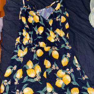 Säljer en playsuit med Citrus motiv i från H&M. Storlek 36. Använt skick!