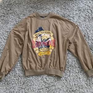 Säljer denna sweatshirten från shein då den inte kommer till användning. Storlek M men passar mig som är en S!