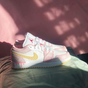 Säljer dessa grymt snygga Jordan 1 low. Dom är helt nya och det finns kvitto/orderbekräftelse om om vill se😊 dom är i storlek 38