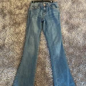 Ett par lågmidjade bootcut jeans ifrån Bikbok! 🦋 Är lite långa på mig som är 160cm lång. Använda rätt fåtal gånger så inte alls urtvättade eller slitna. Frakt tillkommer ! 💋 priset går såklart att diskuteras