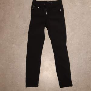 Storlek xs, svarta tajta jeans aldrig använda