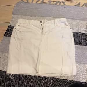 Säljer den här fina jeans kjolen då den inte kommer till användning. Har endast testat den en gång.