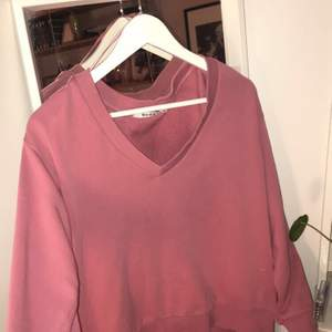 Fin rosa sweatshirt från NA-KD, endast använd en gång! Relativt stor i storleken. Frakt 59kr