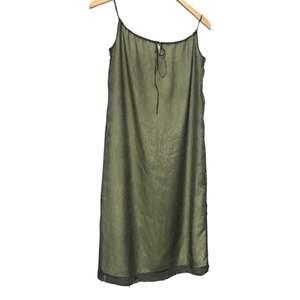 Grön klänning i silkigt material. Cut out fram som kan regleras med resår. Strl S. + frakt 50 kr 💫   Se även mina andra annonser, jag samfraktar gärna 💫