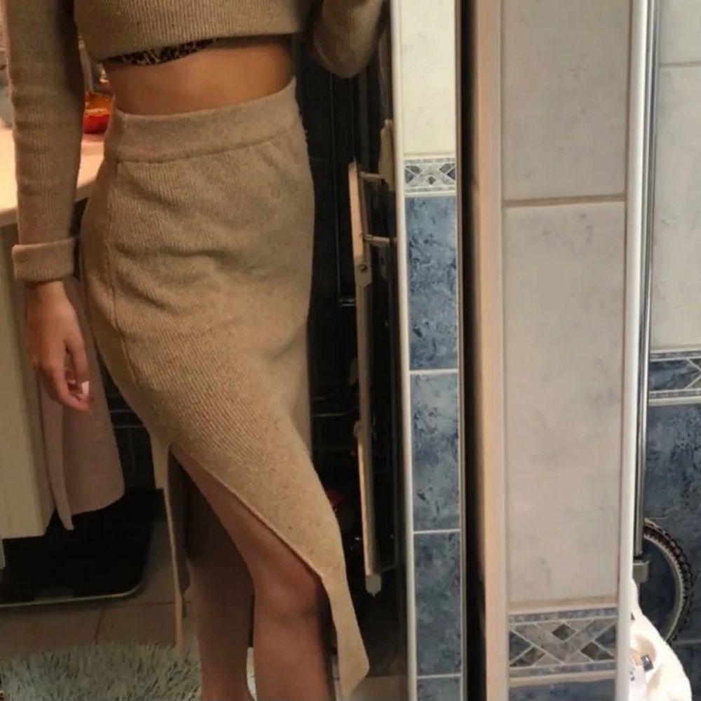 En super fin lång stickad kjol. Så skönt matrial, jag är 164 cm och den är i perfekt längd från fötterna. S-m storlek . Kjolar.
