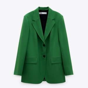 Använd endast en gång. Rak modell. Inköpt för 999kr Från Zara, säljer för endast 450kr
