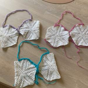 Virkade toppar/bh/bikini vad man nu vill använda dom till💞🐬🍇populärt med virkat , har även 3st vita till på lager som man kan special beställa önskad färg på banden!!!!!!! Passar xs-s typ går att knyta åt och banden är stretchiga🤎😜😜på special beställningar kan jag göra längre band så de passar m!!!!!!!!!!!!!!!