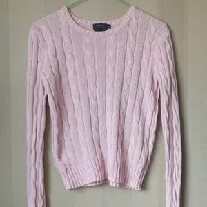Kabelstickad tröja i XS som är för liten för mig. Spårbar frakt är inräknat i priset. BUD ÄR BINDANDE. Vid köp av flera varor ordnas paketpris. Hör av dig om du undrar något🌼