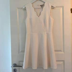 Vit Oanvänd klänning från H&M