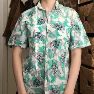 Retro skjorta köpt på Beyond retro