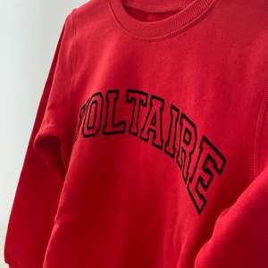 Zadig Voltaire tröja från barnavdelningen, vet inte vilken storlek då det inte står i, men passar mig som bär xs-s! Köpte för 850 och har ALDRIG använt, säljer för 680 + frakt!
