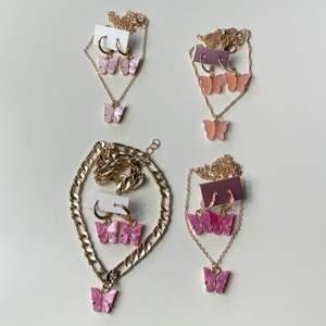Säljer dessa fyra olika rosa smycke seten med fjärilar! Helt nya, alltså inte använda! Frakt tillkommer 12kr❗️ Passar super vackert nu till sommaren🥰 69kr st!