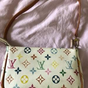 En fake louis vuitton väska som jag säljer då jag behöver pengar..🤑 annars skulle jag behållt den! jättefin och man kan tro att den är riktig.