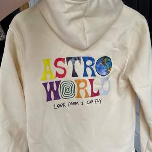 Lägger upp denna hoodien på nytt pga oseriösa köpare! Hoodien är superfin och aldrig använd, i en ganska ljus beige färg som är jättefin på sommaren💛