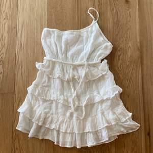 Min älskade studentklänning som jag säljer för att den inte kommer till användning. Sitter så fint på, framhäver formerna väldigt bra. Bra kvalitet, köpt från det australienska märket beginning boutique.