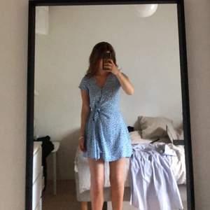 Blå blommig klänning från HM!! Tunt tyg och verkligen den perfekta modellen. Både knappar (översta uppknäppt på bild 2) och snöre i midjan. Så himla ledsen, men den har blivit lite för kort för mig (jag är 1,73) 💘💘💙