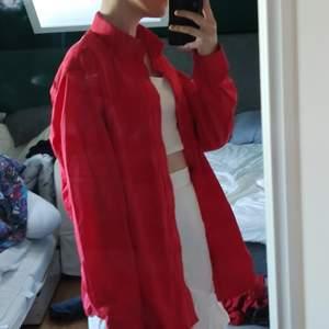 röd skjorta från Dressman i lite glansigt material ❤️ passar alla storlekar beroende på hur man vill att den ska sitta men märkt som en XL! super fin tillsammans med röda skor😍endast testad! priset går att diskuteras