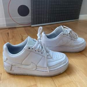 Ett par Nike AF1 Jester i fint skick, knappt något slit- lite smutsfläckar. Enbart använda förra sommaren, säljer pg.a använder ej! Skick 7/10. Nypris 1350kr, Säljes för 350kr!  ❤️