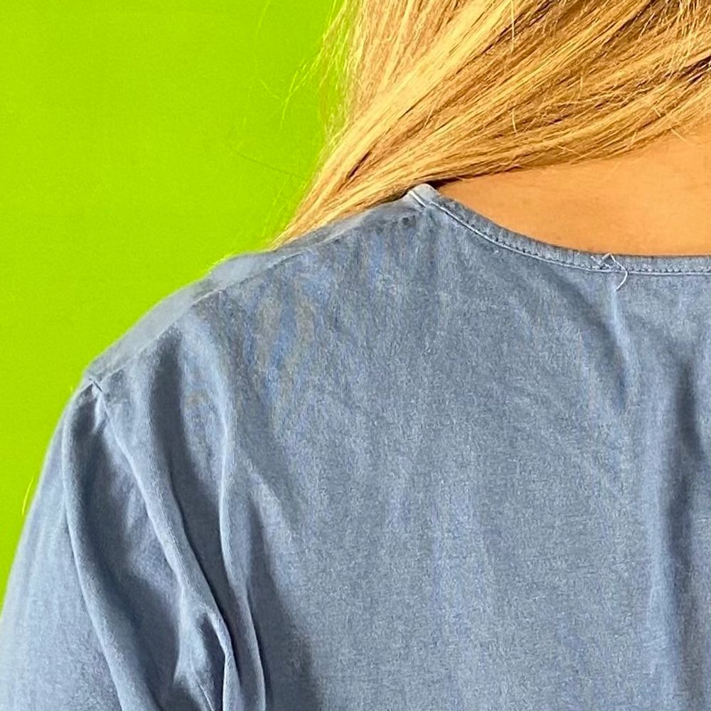 Hibiscus t-shirt i fint skick, somrig coconut girl t-shirt! Slits på båda sidorna. En liten. Se sista bilden för några svaga ränder. Inget märke eller material finns kvar. Modellen använder vanligtvis storlek S och är 169cm för referens. Spårbar frakt på 66kr är inräknad i priset.  Axel till axel 46cm. Axel och ner 70cm. Byst bredd 53.5cm.  Arm längd 22.5cm.. T-shirts.