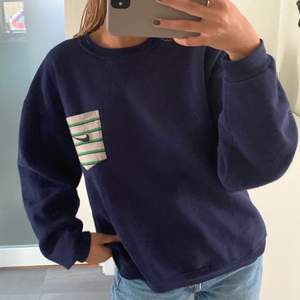En ball marinblå sweatshirt från Nike!! I bra skick men säljer bara vid bra bud!!