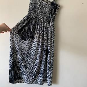 Mönstrad klänning köpt på Humana, materialet är JÄTTESKÖNT och passar perfekt nu till sommaren❤️