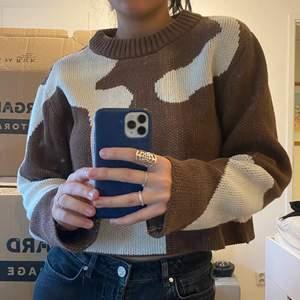 Säljer denna croppade tröja från Weekday i storlek XS! Ordinariepris: 399:-, säljer den för 100kr!