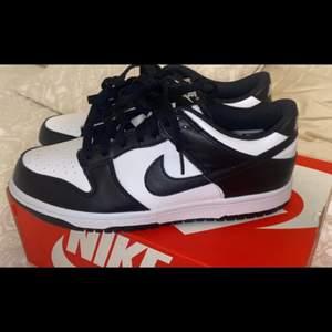 Ett par Nike dunk low black and white helt nya i strl 40 i Junior, kan mötas upp i Stockholm tänkte lägga bud som börjar från 1000 kr<3 Budet ligger på 1300