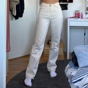 """Supersnygga grädd-vita jeans! Sitter superbra på mig och är långa i benen. ❤️ Modellen heter """"Rowe"""" 😍 Köpaeen står för frakten 💕"""