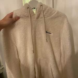 Jätte mysig hoodie från Champion. Perfekt nu till vintern. Använd några gånger bara. ❤️ Passar XS- L beroende på hur man vill att den ska sitta.
