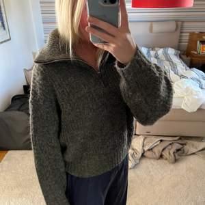 Snygg stickad tröja från Gina köptes för ca 1 månad sedan och är helt slutsåld på hemsidan. Tröjan är i strl M och passar även XS/S. Knappt använd därav inga defekter (som ny). Säljer vid bra BUD!