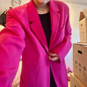 """Säljer denna rosa """"oversized"""" kavaj från Nelly i storlek 38! Ordinariepris: 499:- och säljer den för 150kr!"""